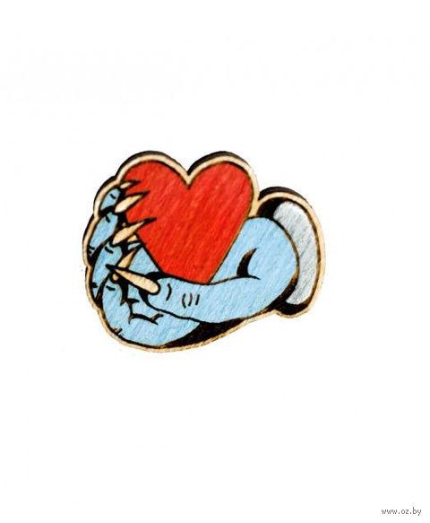 """Значок деревянный """"Сердце в руке"""" — фото, картинка"""