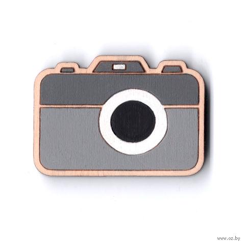 "Значок деревянный ""Фотоаппарат"" (серый) — фото, картинка"