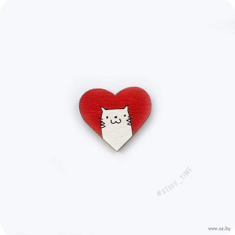 """Значок-пин """"Котик в сердечке"""" (красный; арт. 026) — фото, картинка"""
